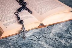 Θρησκεία σχολικούς μαύρους rosary και το σταυρό στοκ εικόνα με δικαίωμα ελεύθερης χρήσης