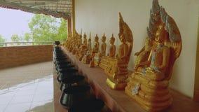 Θρησκευτικά αγάλματα στο ναό κοντά στο μνημείο στο χρυσό ρόπαλο του Βούδα Wat Khao Phra φιλμ μικρού μήκους