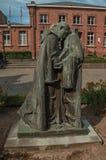 Θρησκευτικά διακοσμητικά αγάλματα και κτήριο τουβλότοιχος στο ειρηνικό προαύλιο στη Μπρυζ Στοκ Φωτογραφία