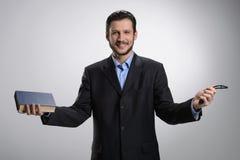 Θρησκευτικός επιχειρηματίας. Εύθυμο γενειοφόρο άτομο στο formalwear holdin στοκ εικόνες με δικαίωμα ελεύθερης χρήσης