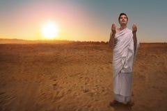 Θρησκευτικό ασιατικό μουσουλμανικό άτομο στο ihram που προσεύχεται στο Θεό Στοκ Φωτογραφίες