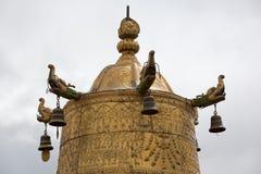 Θρησκευτικό χρυσό σύμβολο πάνω από έναν ναό Στοκ φωτογραφίες με δικαίωμα ελεύθερης χρήσης