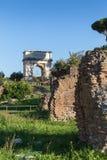 Θριαμβευτική αψίδα του ρωμαϊκού αυτοκράτορα Titus στο ρωμαϊκό φόρουμ στοκ φωτογραφία με δικαίωμα ελεύθερης χρήσης
