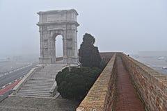 Θριαμβευτική αψίδα του αυτοκράτορα Troyan και της ομίχλης στη Ανκόνα Στοκ εικόνα με δικαίωμα ελεύθερης χρήσης