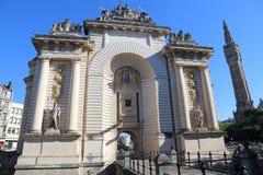Θριαμβευτική αψίδα Porte de Παρίσι και καμπαναριό της αίθουσας πόλεων της Lil Στοκ Εικόνα