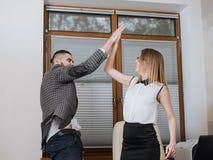Θριαμβευτικός εργαζόμενος γραφείων που πετυχαίνουν να χτυπήσει πολύ Ευτυχή businessmans Στοκ Φωτογραφία