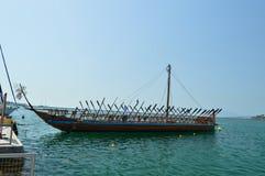 Θρυλική βάρκα της Νίκαιας Argo βασισμένη στην ελληνική μυθολογία στο λιμένα του Βόλος Ταξίδι ιστορίας αρχιτεκτονικής στοκ φωτογραφίες