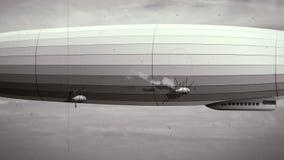 Θρυλικό τεράστιο αεροσκάφος zeppelin στον ουρανό Γραπτό αναδρομικό stylization, παλαιά ταινία απεικόνιση αποθεμάτων