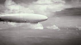 Θρυλικό τεράστιο αεροσκάφος zeppelin στον ουρανό Γραπτό αναδρομικό stylization, παλαιά ταινία διανυσματική απεικόνιση