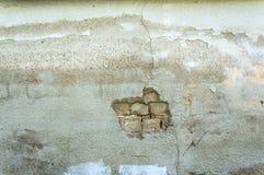 Θρυμματισμένος από το άσπρο σκηνικό υποβάθρου ταπετσαριών τουβλότοιχος στόκων στοκ εικόνες με δικαίωμα ελεύθερης χρήσης
