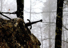 Θρυλικό ξίφος Excalibur στην πέτρα στη μέση των FO στοκ εικόνες