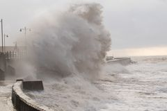 Θυελλώδεις θάλασσες σε Porthcawl, νότια Ουαλία, UK στοκ εικόνες