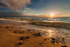 θυελλώδες ηλιοβασίλεμα θάλασσας Όμορφοι ουρανός και κύματα Στοκ Εικόνες