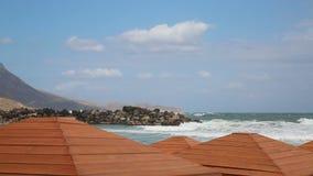 Θυελλώδης ημέρα στην κενή παραλία φιλμ μικρού μήκους