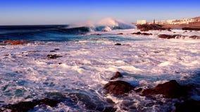 Θυελλώδης θάλασσα και ένας φάρος απόθεμα βίντεο