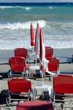 Θυελλώδης θάλασσα και κενή παραλία τη θυελλώδη ημέρα Στοκ φωτογραφίες με δικαίωμα ελεύθερης χρήσης