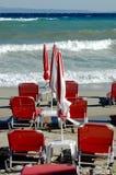 Θυελλώδης θάλασσα και κενή παραλία τη θυελλώδη ημέρα Στοκ φωτογραφία με δικαίωμα ελεύθερης χρήσης