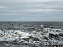 Θυελλώδης θάλασσα με τα σκοτεινά κύματα και κυματωγή με έναν γκρίζο χειμερινό ουρανό Στοκ φωτογραφία με δικαίωμα ελεύθερης χρήσης