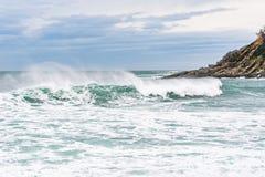 Θυελλώδης θάλασσα με τα φυσικά κύματα Στοκ φωτογραφία με δικαίωμα ελεύθερης χρήσης