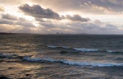 Θυελλώδης θάλασσα - πόλη του Ταλίν στον ορίζοντα στοκ εικόνες