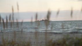 Θυελλώδης θάλασσα στο ηλιοβασίλεμα απόθεμα βίντεο