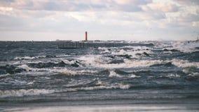 Θυελλώδης θάλασσα το χειμώνα με τα άσπρα κύματα που συντρίβουν - εκλεκτής ποιότητας ταινία lo Στοκ εικόνες με δικαίωμα ελεύθερης χρήσης