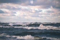 Θυελλώδης θάλασσα το χειμώνα με τα άσπρα κύματα που συντρίβουν - εκλεκτής ποιότητας ταινία lo Στοκ φωτογραφίες με δικαίωμα ελεύθερης χρήσης
