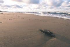 Θυελλώδης θάλασσα το χειμώνα με τα άσπρα κύματα που συντρίβουν - εκλεκτής ποιότητας ταινία lo Στοκ εικόνα με δικαίωμα ελεύθερης χρήσης