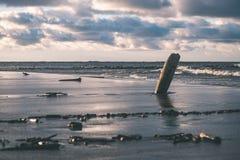Θυελλώδης θάλασσα το χειμώνα με τα άσπρα κύματα που συντρίβουν - εκλεκτής ποιότητας ταινία lo Στοκ Εικόνες
