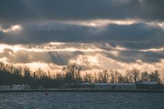 Θυελλώδης θάλασσα το χειμώνα με τα άσπρα κύματα που συντρίβουν - εκλεκτής ποιότητας ταινία lo Στοκ Φωτογραφίες