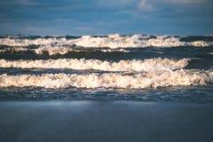 Θυελλώδης θάλασσα το χειμώνα με τα άσπρα κύματα που συντρίβουν - εκλεκτής ποιότητας ταινία lo Στοκ Φωτογραφία