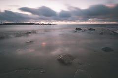 Θυελλώδης θάλασσα το χειμώνα με την άσπρη συντριβή κυμάτων μακροχρόνια έκθεση - Στοκ Φωτογραφίες