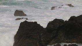 Θυελλώδης καιρός κατά μήκος του Ατλαντικού Ωκεανού κοντά στο Σίνες, Πορτογαλία απόθεμα βίντεο