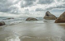 Θυελλώδης καιρός στην παραλία με τις μεγάλα πέτρες και τα σύννεφα Στοκ Φωτογραφία