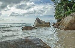 Θυελλώδης καιρός στην παραλία με τις πέτρες Στοκ Εικόνες