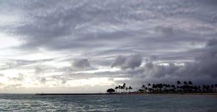 Θυελλώδης καιρός στην παραλία Kahanamoku, κόλπος Waikiki, Χονολουλού, Χαβάη Στοκ Εικόνα