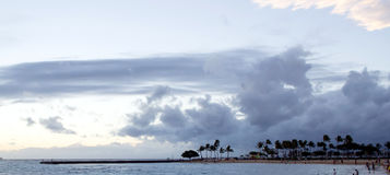Θυελλώδης καιρός στην παραλία Kahanamoku, κόλπος Waikiki, Χονολουλού, Χαβάη Στοκ Φωτογραφίες