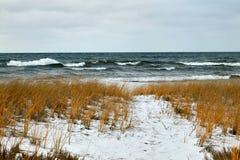 Θυελλώδης λίμνη και χιονισμένη χειμερινή ακτή Στοκ εικόνες με δικαίωμα ελεύθερης χρήσης