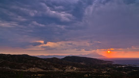 Θυελλώδης ουρανός και ανατολή στο ιερό βουνό Athos στοκ φωτογραφίες