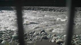 Θυελλώδης ποταμός βουνών φιλμ μικρού μήκους