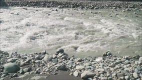 Θυελλώδης ποταμός βουνών απόθεμα βίντεο