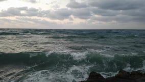 Θυελλώδης chopy θάλασσα με το ράντισμα των κυμάτων στην παραλία της Κρήτ απόθεμα βίντεο
