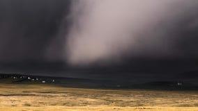 Θυελλώδη σύννεφα πέρα από το σκωτσέζικο χρονικό σφάλμα Χάιλαντς απόθεμα βίντεο
