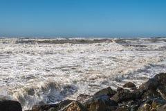 Θυελλώδη τεράστια κύματα θάλασσας που σπάζουν κοντά στην ακτή Στοκ Φωτογραφία