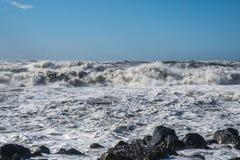 Θυελλώδη τεράστια κύματα θάλασσας που σπάζουν κοντά στην ακτή Στοκ φωτογραφία με δικαίωμα ελεύθερης χρήσης