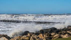 Θυελλώδη τεράστια κύματα θάλασσας που σπάζουν κοντά στην ακτή Στοκ Εικόνα