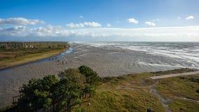 Θυελλώδη τεράστια κύματα θάλασσας που σπάζουν κοντά στην ακτή Στοκ εικόνα με δικαίωμα ελεύθερης χρήσης