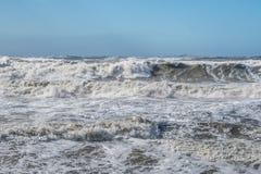 Θυελλώδη τεράστια κύματα θάλασσας που σπάζουν κοντά στην ακτή Στοκ φωτογραφίες με δικαίωμα ελεύθερης χρήσης
