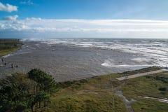Θυελλώδη τεράστια κύματα θάλασσας που σπάζουν κοντά στην ακτή Στοκ Εικόνες