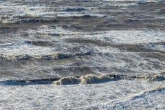 Θυελλώδη τεράστια κύματα θάλασσας που σπάζουν κοντά στην ακτή Στοκ Φωτογραφίες